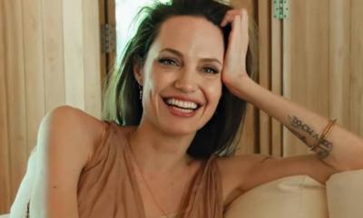 Uśmiechnięta Angelina Jolie.