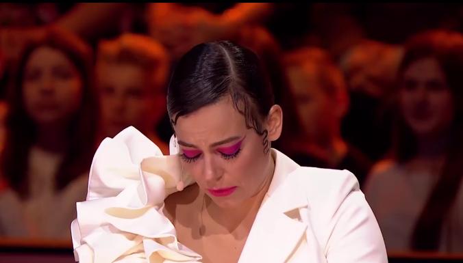 Anna Mucha poruszona płacze.