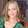 Agnieszka Kaczorowska w ciąży pozuje na tle czerwonych tulipanów
