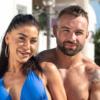 Stella w niebieskim stroju z Piotrem w programie Love Island