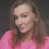 Iga Śmiechowicz pozuje w różowym swetrze.