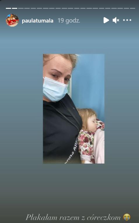 Zapłakana Paula Tumala z chorą córką.