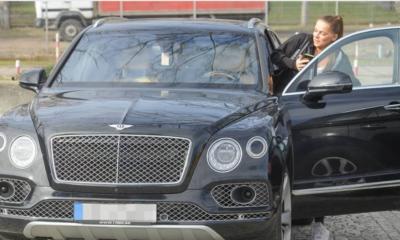 Joanna Liszowska wsiada do swojego Bentleya.