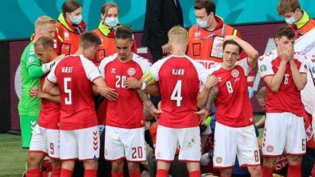Duńscy piłkarze walczą o życie kolegi.
